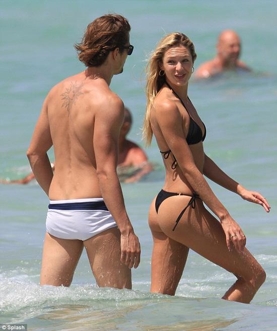 Candice Swanepoel 'đốt cháy' bãi biển Miami