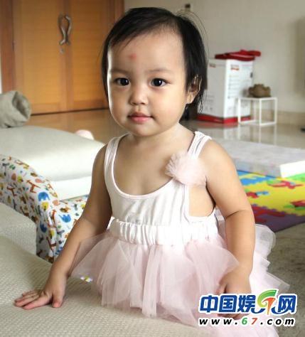 Lộ ảnh đáng yêu của con gái Triệu Vy