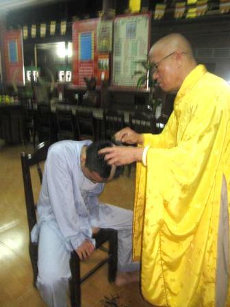 Xuất gia là điều thiêng liêng nhất của người Phật tử, tuy nhiên tiếc thay, chú tiểu Trí Trần đánh mất oai nghi giới hạnh của người tu