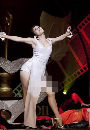 Muôn kiểu tạo dáng 'ưỡn ngực' gây sốc của sao Việt