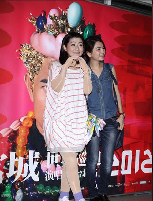 Quách Phú Thành tóc bạch kim, mặc váy gây sốc