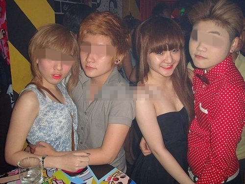 """Sốc: Em gái Angela Phương Trinh """"khóa môi"""" với bạn đồng giới"""