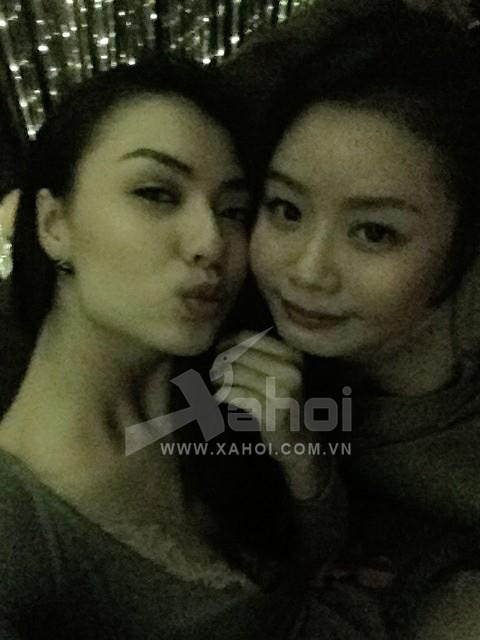Lộ ảnh Hồng Quế 'khóa môi' bạn gái