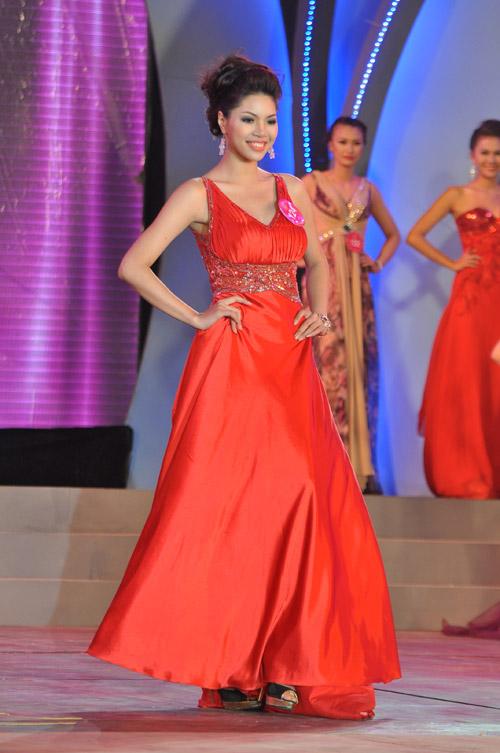 Hoa khôi Miss Sport quyến rũ trong trang phục dạ hội và bikini