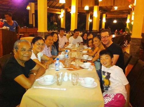 Vợ chồng Đoan Trang đi trăng mật cùng đại gia đình