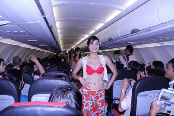 Nữ tiếp viên hàng không trình diễn bikini gây sốc trên máy bay