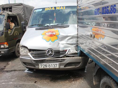 Xe chở bia gặp nạn, lại tranh nhau hôi của