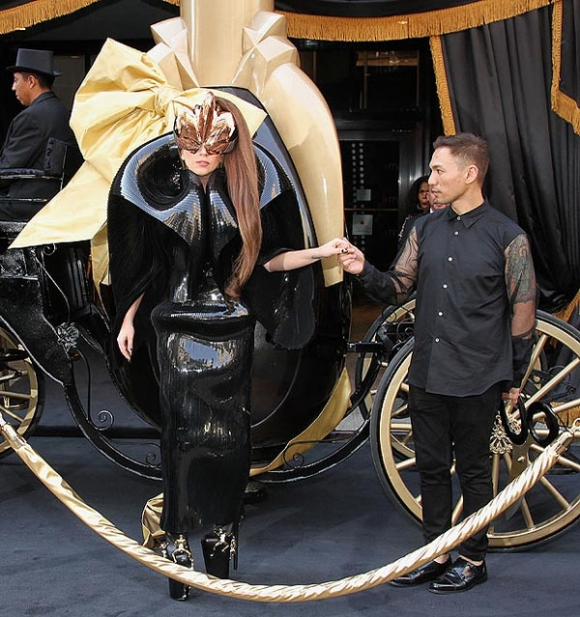 Lady Gaga tốn kém vì nước hoa máu và tinh dịch