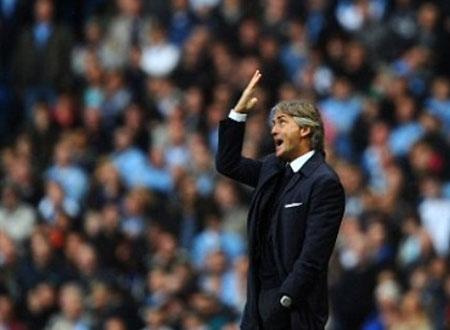 Nội bộ Man City dậy sóng, Mancini xô ngã Balotelli