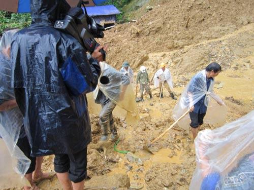 Cận cảnh cuộc tìm kiếm nạn nhân trong vụ sạt lở Yên Bái