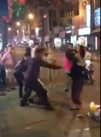 Xôn xao clip đánh ghen trên phố Hà Nội sau 20/10