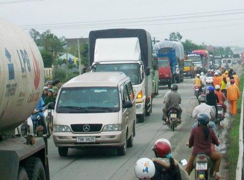 Dân chặn đường phản đối doanh nghiệp, quốc lộ kẹt cứng 3km | Quảng Ngãi, Cát tặc, Hút cát, Bao vây nhà máy, Ô nhiễm môi trường