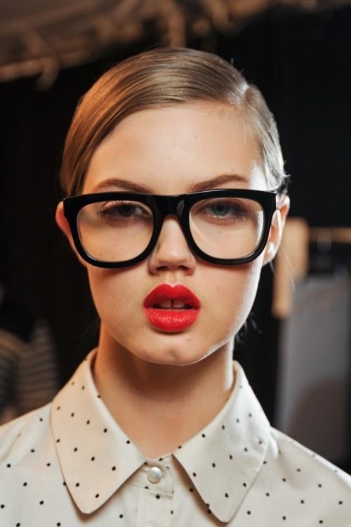 Bí kíp trang điểm mắt cho cô nàng đeo kính