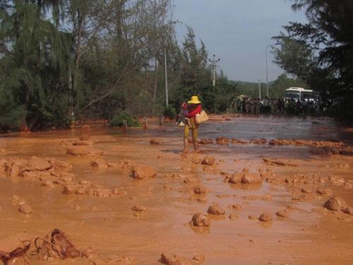 Vỡ hồ chứa bùn titan, 3 phụ nữ suýt chết
