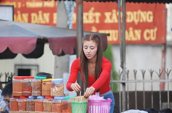 Hình ảnh mới nhất về cô gái bánh tráng trộn