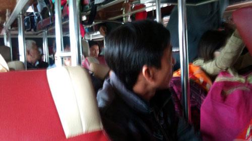 Bi hài cô gái 'ị đùn' trên xe khách đầu năm