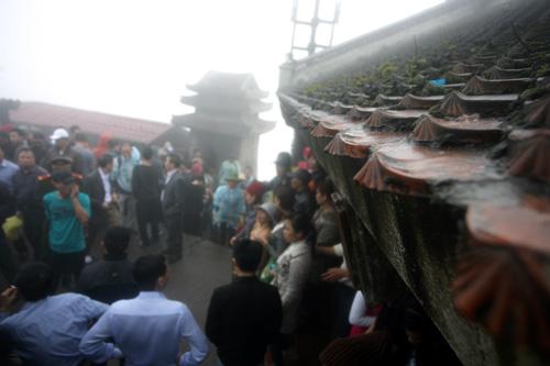 Hàng vạn người hành hương trong sương mù trên đỉnh Yên Tử