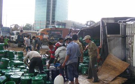 Xe tải chở dầu lật, người dân thi nhau hôi của