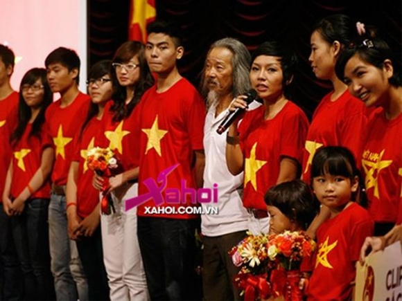 """Thái Thùy Linh bức xúc vì bị ném đá giải thưởng """"Gương mặt trẻ tiêu biểu 2012"""""""