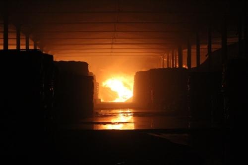 Lửa khói ngút trời bao trùm Khu công nghiệp Sóng Thần