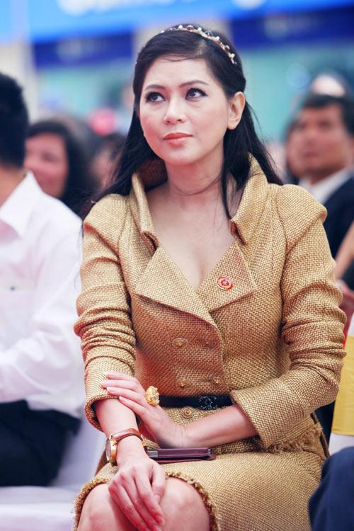Mẹ chồng Hà Tăng 'dát' hàng hiệu không kém Lý Nhã Kỳ