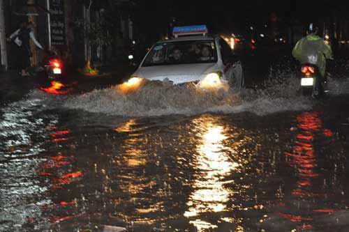 Phố Hà Nội thành 'sông' sau cơn mưa đầu mùa