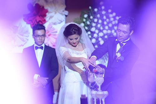 Hoa hậu Biển Vân Anh hôn chồng ngọt ngào trong ngày cưới
