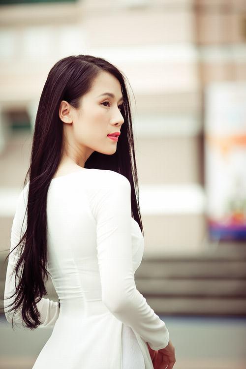 Thái Hà khoe dáng chuẩn với áo dài mỏng manh
