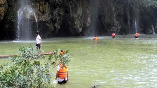Tìm thấy thi thể cuối cùng vụ chụp ảnh chết đuối bên suối
