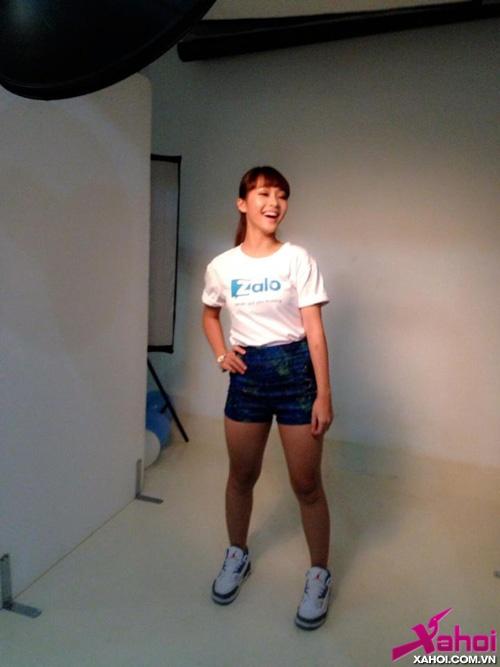 'Boxing girl' Khả Ngân xinh như thiên thần quảng cáo Zalo