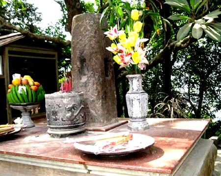 Cột đá Thề thiêng liêng ở Đền Hùng bị thay bằng 'cột đá lạ'