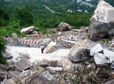 Đỉnh núi Cấm với vách đá cheo leo ở đỉnh Bồ Hong nơi anh em sinh đôi gieo mình tự tử.