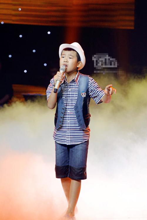 The Voice Kids tập 1 vòng Liveshow: Hotboy đội Hồ Hoài Anh đột phá với hit của Tùng Dương