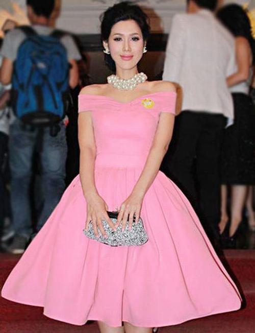 Ngọc Trinh may váy nhái y hệt Maria Đinh Phương Ánh để bán