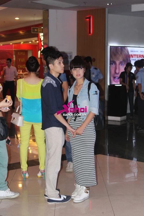 Hậu thi đỗ đại học, Chibi Hoàng Yến dính bạn trai như sam trong rạp phim