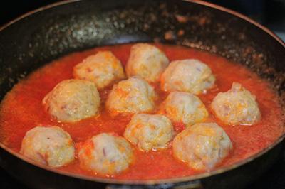 Thịt băm bọc trứng cút sốt cà chua