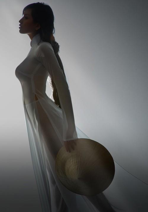 Mai Phương Thúy bị 'mổ xẻ' vì diện quần bó sát phản cảm