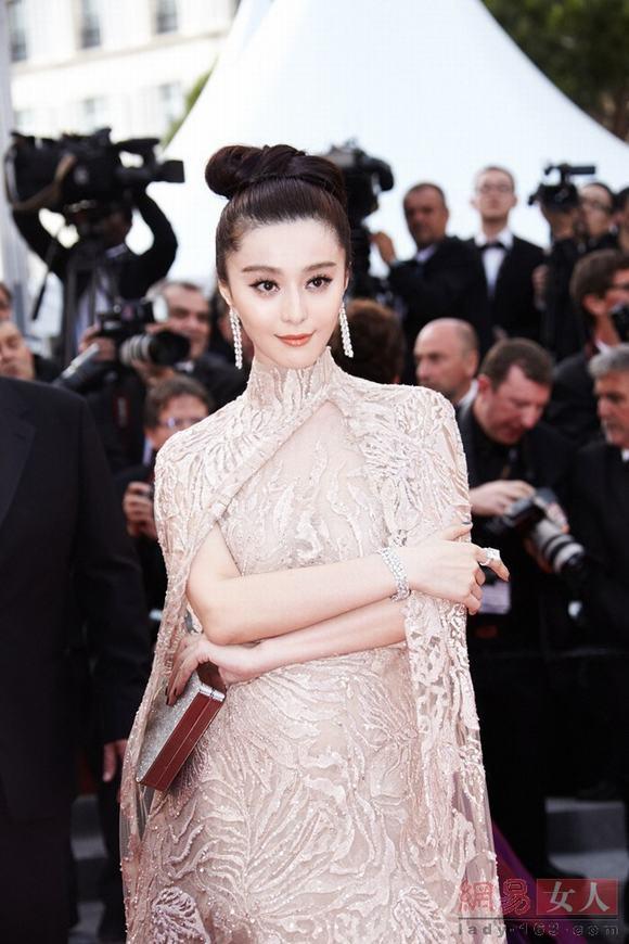 Top sao Hoa ngữ mặc váy ren xuyên thấu đẹp nhất
