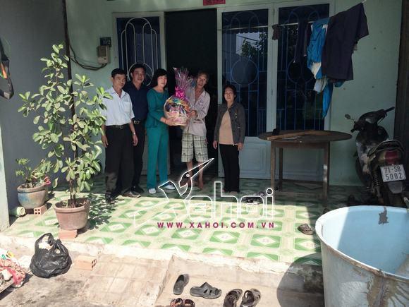 Hậu tiệc sinh nhật trăm triệu, Kenny Sang cùng mẹ đi từ thiện