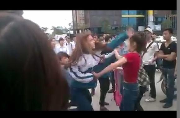 Kinh hoàng nữ sinh đánh nhau 'lột sạch' đồ ở Bãi Cháy