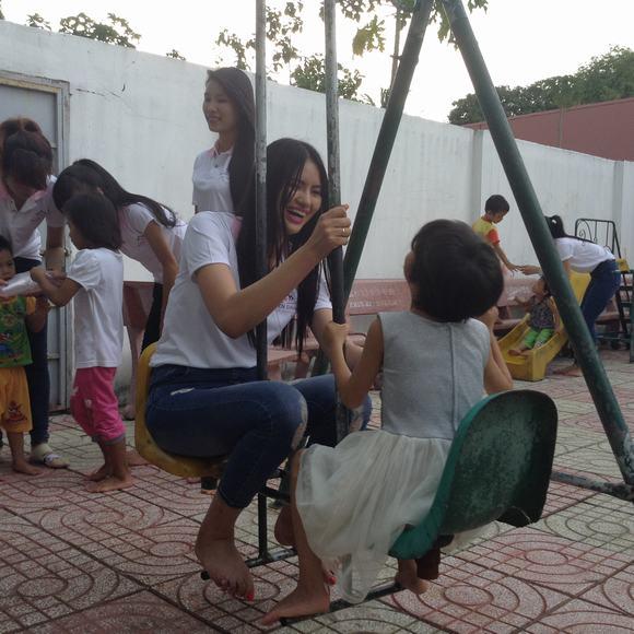 'Gái quê' Lê Phương giản dị đi từ thiện cùng thí sinh 'Duyên dáng xứ Thanh 2014'