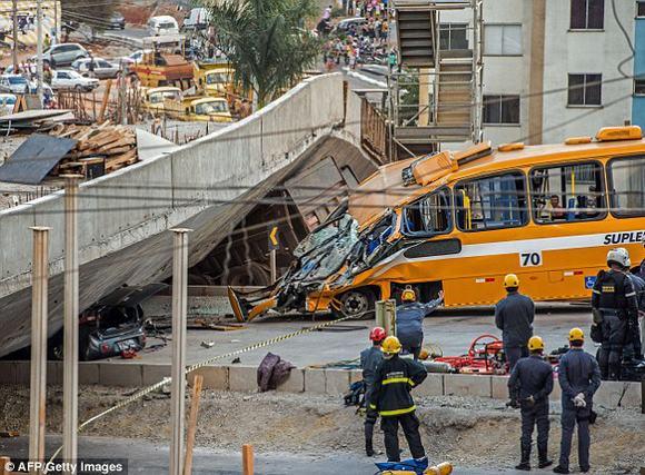 Sập cầu vượt kinh hoàng tại thành phố tổ chức World Cup 2014