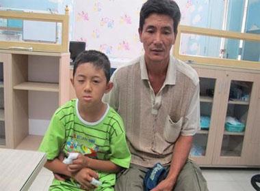 Nổ pin đồ chơi Trung Quốc, bé trai vỡ thuỷ tinh thể