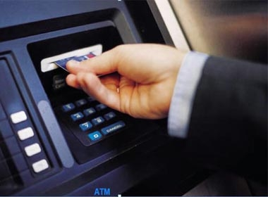 Bắt quả tang người nước ngoài dùng thẻ ATM giả rút tiền