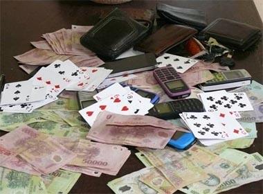 Thiếu tá CSGT đánh bạc, xin tiền doanh nghiệp bị kỷ luật