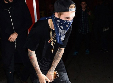'U30 giàu nhất thế giới' Justin Bieber đeo cả tá vàng để khoe của?