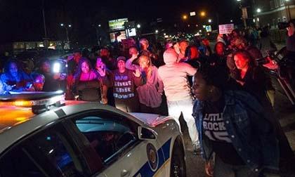 Thế giới 24h qua ảnh (13/3): Người biểu tình nổ súng 'hạ gục' cảnh sát ở Mỹ