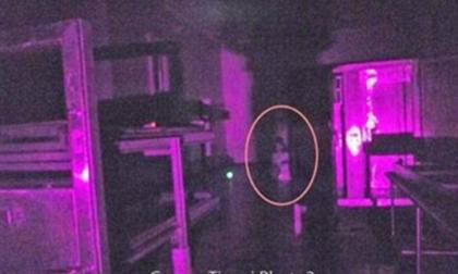 Bí ẩn cô gái ma quỷ quỳ trên sàn bệnh viện tâm thần