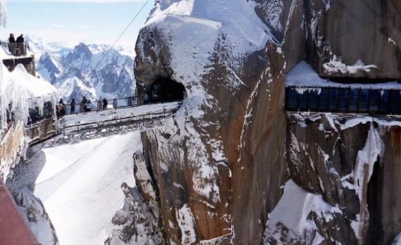 Cầu xuyên núi Aiguille du Midi, Pháp nằm ở độ cao hơn 3.842 m so với mực nước biển. Du khách buộc phải ngồi cáp treo dốc nhất thế giới để đến khu vực tham quan cầu treo xuyên núi này - Ảnh: CNN