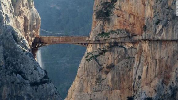 Cầu treo Caminito, Tây Ban Nha - Ảnh: CNN